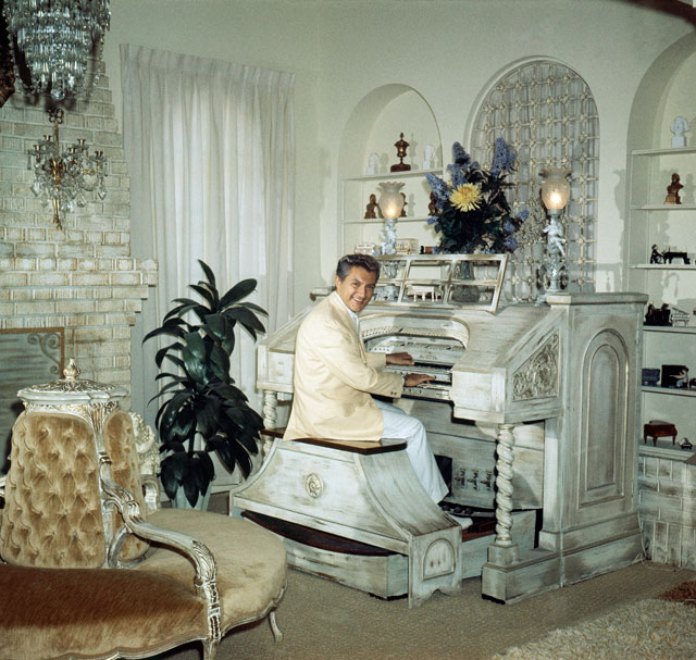 Liberace mansion for What makes a mansion